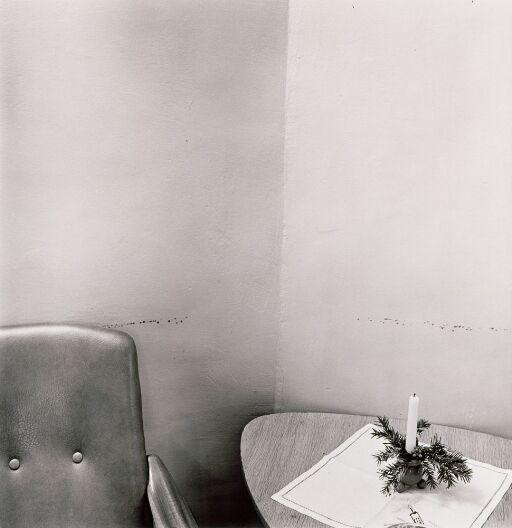 Merker i vegg etter stol (fra serien Asylum)