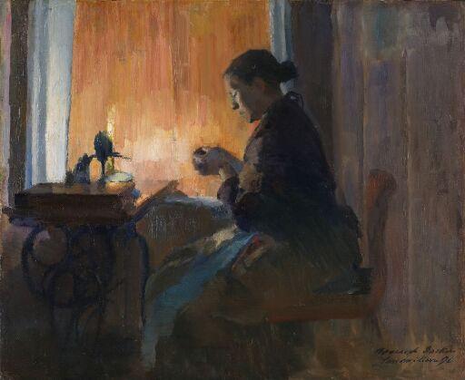 Syende kvinne ved lampelys