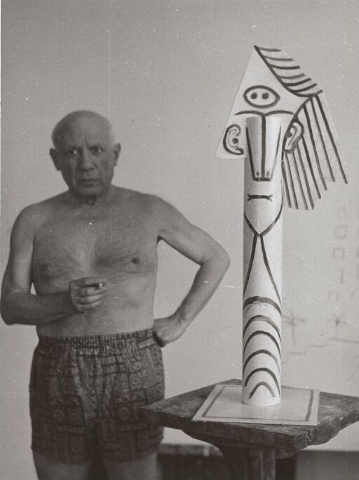 Picasso med skulptur i studio