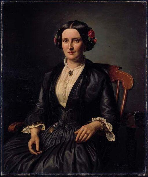 Sittende dame med roser i håret