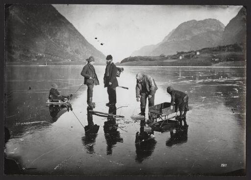 Fiskere paa Isen