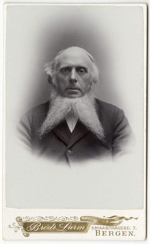 Mann med delt skjegg