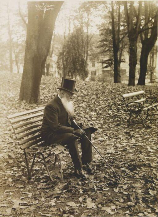 Mann på krakk i parken