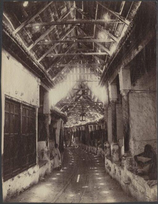 Egyptisk gate med overbygg