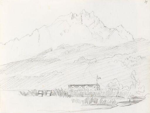 Alpelandskap med innsjø og brygge