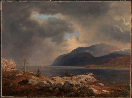 Norsk fjordlandskap med regnbue