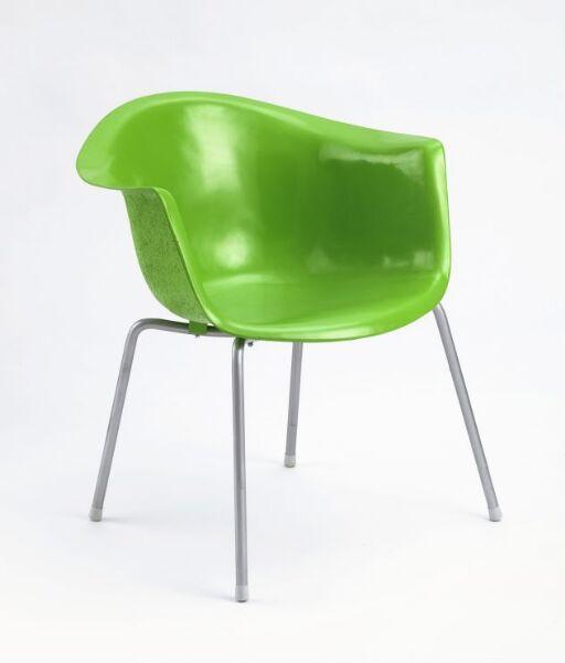 Glassfiber setestruktur for polstring  fra ca. 1957, tilført sekundær farge og metallunderstell i nyere tid